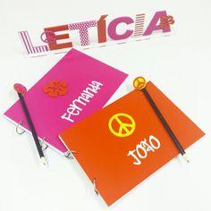 Caderno personalizado para lembrancinha e display de nome para decorar a festa da Letícia!