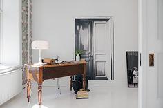 Painted on door. my scandinavian home: Black, white and cognac in a Swedish apartment Scandinavian Apartment, Scandinavian Interior Design, Scandinavian Home, White Apartment, Apartment Door, Swedish Design, Dream Apartment, Wallpaper Door, Creative Decor