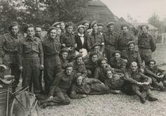 Wil!!  Stoottroepen van het Commando-Brabant/Regiment Commando-Brabant gedurende de Tweede Wereldoorlog. Groep militairen van de 1e compagnie poseren voor een boerderij.