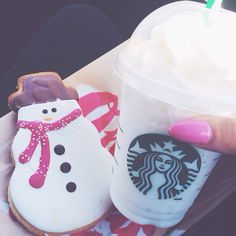 Find images and videos about christmas and starbucks on We Heart It - the app to get lost in what you love. Starbucks Drinks, Starbucks Coffee, But First Coffee, I Love Coffee, Merry And Bright, Tis The Season, Yummy Drinks, Hot Chocolate, Girly Things