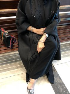 So chic Abaya - 2019 Hijab Clothing Niqab Fashion, Muslim Fashion, Modest Fashion, Fashion Dresses, New Abaya Style, Hijab Style, Whatsapp Avatar, Mode Niqab, Abaya Designs Dubai