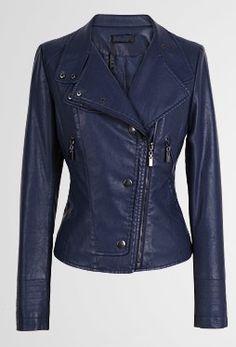 Elegante PU-leren jas. De jas heeft een slim fit design met mooie design studs. Ideaal voor lente, herfst en winter!