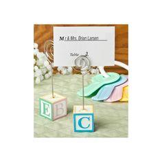 Questo adorabile segnaposto è caratterizzato nel suo design dal più classico dei giochi dell'infanzia ed è perfetto per festeggiare la nascita, il battesimo o il compleanno del vostro bambino: sui lati del cubo si trovano le lettere A, B, C, D, E, ognuna dei quali è dipinta a mano in differenti colori pastello rispettivamente blu, giallo, rosa e verde, e il bordo di ogni lato è dipinto con il colore corrispondente a quello della lettera. Il biglietto segnaposto è incluso nel prezzo! ...