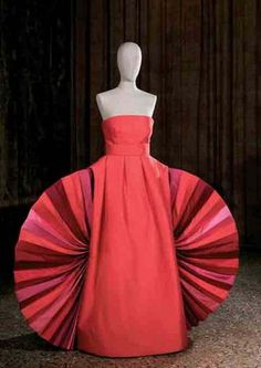 Sculpture-dress in red sauvage with fan-shaped insets in the sides. First exhibited: Palazzo Barberini, Rome, Photo: Andrea Melzi and Efrat Kuper - Photo de Fashion - Roberto Capucci - Alain. Fashion History, Fashion 2020, Runway Fashion, Fashion Art, Vintage Fashion 1950s, Vintage Mode, Palazzo, Vintage Outfits, Mode Glamour