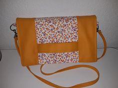 Pochette Cachôtin en simili orange et coton fleuri cousu par Amélie - Patron Sacôtin