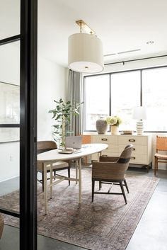 I love the bright ad airy office space of design firm Studio Mcgee! Office Interior Design, Office Interiors, Office Designs, House Interiors, Best Office, Mug Design, Design Case, Studio Mcgee, Home Office Space