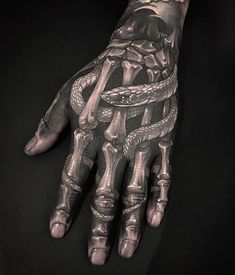 Should you get a hand tattoo? Things to consider before inking & hand tattoo designs that look amazing. Payasa Tattoo, Tattoo Snake, Tattoo Main, Full Hand Tattoo, Side Hand Tattoos, Small Hand Tattoos, Hand Tats, Hand Tattoos For Women, Finger Tattoos
