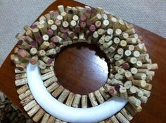 to Make a Wine Cork Wreath Almost done! Remember, you don't need to fill in the back, it will be against the wall. Remember, you don't need to fill in the back, it will be against the wall. Wine Cork Wreath, Wine Cork Ornaments, Wine Cork Art, Wine Craft, Wine Cork Crafts, Wine Bottle Crafts, Wreath Crafts, Diy Crafts, Wooden Crafts