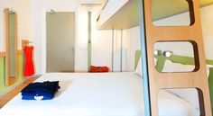 ibis budget Bordeaux Aeroport Mérignac The ibis Budget is located in west Bordeaux, 800 metres from Bordeaux Airport. It offers soundproofed en suite rooms equipped with air conditioning, a flat-screen TV, a 24-hour front desk and free WiFi.