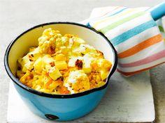 Curry ja kurkuma maustavat ja saavat ruoan kauniin keltaiseksi. Kasvisruokaan lopuksi lisättävät juustoleipä ja jogurtti tuovat curryyn paitsi täyteläisyyttä, tasoittavat myös mausteiden makua.