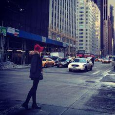Intentando coger un taxi que no es tarea fácil en esta ciudad. Aun así... ¡Lista para empezar un nuevo día en NYC!
