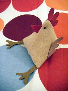 poules tissu Fabric Crafts, Dinosaur Stuffed Animal, Projects To Try, Xmas, Ornaments, Dolls, Chicken, Sewing, Animals