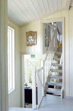 Trinn på trinn: Mellom den gamle og nye delen av hytta går en smal trapp til hemsen.