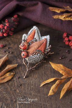 Bead Embroidery Jewelry, Textile Jewelry, Fabric Jewelry, Beaded Embroidery, Jewelry Art, Beaded Jewelry, Brooches Handmade, Handmade Flowers, Handmade Jewelry