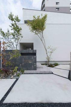 玄関前の駐車スペースも空間に合わせて幾何学的にデザインした。 #加度商#尾道#シンプルモダン#北欧風#片流れ#自然素材#無垢#塗り壁#新築#注文住宅#モダン#マイホーム#雑貨#建築#オシャレ#子育てママ#シューズクローク#外観#工務店#福山 Side Yard Landscaping, Modern Landscaping, Minimalist Architecture, Japanese Architecture, House Landscape, Landscape Design, Facade Design, Exterior Design, Balcony Design