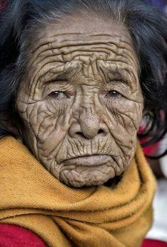 Alte Frau mit tiefen Falten