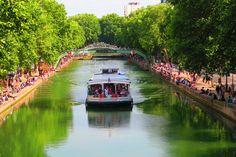 Acclamation la péniche comme il traverse le Canal Saint Martin