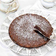Hembakats klassiska kladdkaka, uppiffad med en härligt täcke av mörk choklad på toppen.