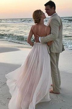 Kumsalda damat gelin göz göze deniz kenarında düğün fotoğrafı pozu örneği | Kadınca Fikir - Kadınca Fikir