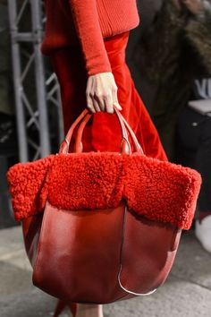 Max Mara Fall 2017 Fashion Show Details - The Impression Fashion Bags, Fashion Accessories, Milan Fashion, Runway Fashion, Fashion Outfits, Pochette Diy, Mini Mochila, Fur Bag, Bags 2017