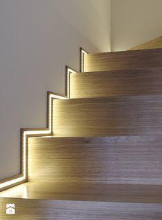 A iluminação em pontos estratégicos pode facilitar a vida, como essa fita de led na escada. De maneira discreta pode ajudar a noite, quando se precisa apenas enxergar os degraus dispensando lâmpadas.
