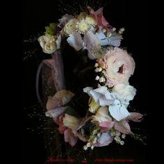 #coronita #flori #madewithjoy #paulamoldovan #livadacuvisini #details #detailsmakethedifference #flowers #reasontosmile #happyflorist #floraldesign #bucuresti #bucharest Reasons To Smile, Bucharest, Floral Design, Floral Wreath, Wreaths, Flowers, Decor, Crowns, Floral Crown