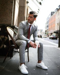 A classic suit and white sneakers. Suits And Sneakers, Sneakers Outfit Men, White Sneakers, Sneakers Fashion, Estilo Hipster, Classy Suits, Herren Outfit, Latest Mens Fashion, Moda Masculina