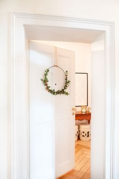 DIY Eucalyptus Wreath - How To? More in Westwing magazine eucalyptus-wreath-on-white-door. Diy Wreath, Wreaths, Loft Apartment Decorating, Apartment Ideas, Fancy Living Rooms, Home Panel, Eucalyptus Wreath, White Doors, Decoration Table