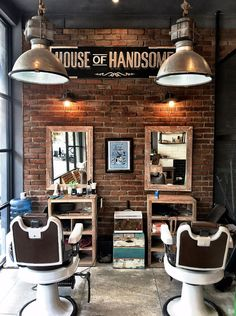 Een barbershop in barbershopstyle. Barber Shop Interior, Loft Interior, Barber Shop Decor, Hair Salon Interior, Design Salon, Salon Interior Design, Industrial Salon Design, Best Barber Shop, Vintage Hair Salons