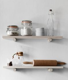 I've seen these dowel shelves before and friggin love them! This would be perfect anywhere @trendenser #shelflove #kitchenstorage #openshelving
