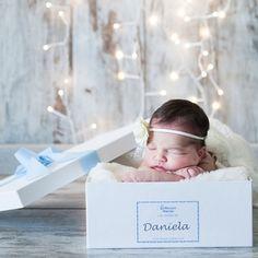 Practica y bonita caja con tapa forrada en blanco personalizada con una etiqueta con el nombre del bebé. Para poder guardar la ropita del bebé de forma ordenada. Tamaño 29cm x 39cm x 12cm (altura) 16.00 €