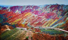 Parque Geológico Danxia Zhangye na província de Gansu, na China. As cores de arenito vermelho e de vários depósitos minerais se formaram em camadas ao longo de milhões de anos.