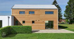 Individuelles Designhaus PlanMit Entwurf Hoch hinaus mit Credo Holzverschalung und weißem Klimaschutz -Dach! Von Baufritz
