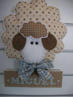 Ovelhinha em feltro e tecido com enchimento de fibra, para decorar o quarto e a porta da maternidade do seu bebê, bordado à mão. R$ 95,00
