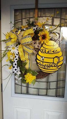 Bee and Beehive door Wreaths, Bee decor bee hive Diy Wreath, Mesh Wreaths, Grapevine Wreath, Floral Wreaths, Wreath Ideas, Yarn Wreaths, Tulle Wreath, Burlap Wreaths, Wreath Making