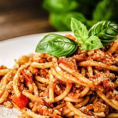 Sauce épicée aux tomates—Cette sauce odorante et goûteuse est délicieuse avec des pâtes. Utilisez les tomates les plus mûres et les plus savoureuses que vous pourrez trouver. Voir la recette Greek Potatoes, Marinade Sauce, Pasta Salad, Macaroni, Carrots, Spaghetti, Menu, Couscous, Vegetables