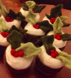 Needle felt Christmas puddings Needle Felted Animals, Felt Animals, Needle Felting, Christmas Arts And Crafts, Felt Christmas, Christmas Pudding, Felt Food, Christmas Traditions, Puddings