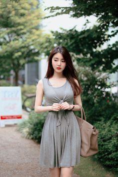 ( *`ω´) ιf you dᎾℕ't lιkє Ꮗhat you sєє❤, plєᎯsє bє kιnd Ꭿℕd just movє ᎯlᎾng. Pretty Korean Girls, Beautiful Asian Girls, Young Fashion, Asian Fashion, Skirt Fashion, Fashion Dresses, How To Look Classy, Ulzzang Girl, Asian Woman