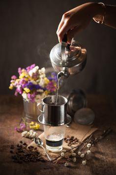 Blogger Stephanie Hua, một cây bút uy tín của trang web ẩm thực nổi tiếng Lick my spoon thừa nhận cà phê phin của Việt Nam là thức uống tuyệt vời mà cô muốn giới thiệu đến bạn bè và người thân khi trở về quê nhà.