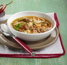 Thajská slepičí polévka s rýžovými nudlemi (Thajsko) Asian Recipes, Ethnic Recipes, Cheeseburger Chowder, Food Styling, Ramen, Chili, Food And Drink, Chinese, Homemade