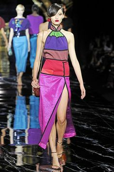 Louis Vuitton Parigi - Spring Summer 2011 Ready-To-Wear - Shows - Vogue. Fashion Colours, Colorful Fashion, High Fashion, Fashion Show, Fashion Design, Louis Vuitton Paris, Marc Jacobs, Louis Vuitton Clothing, Haute Couture Dresses