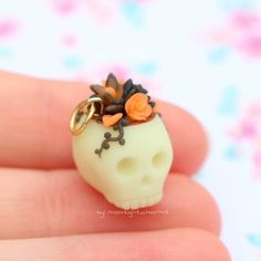 Shop update is now live! Today is the first day of october so I wanted to share a halloween charm! This one is listed in my shop… Cute Polymer Clay, Cute Clay, Polymer Clay Projects, Polymer Clay Charms, Polymer Clay Creations, Polymer Clay Jewelry, Clay Crafts, Fimo Clay, Halloween Clay