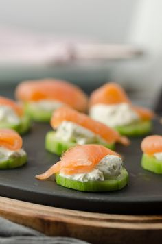 Gurken-Lachs-Häppchen mit Frischkäse delicious cucumber and salmon snacks with cream cheese. Low-calorie finger food for party, brunch, buffet. Brunch Buffet, Brunch Bar, Party Buffet, Fall Appetizers, Cheese Appetizers, Healthy Brunch, Healthy Snacks, Canapes Salmon, Fingerfood Party