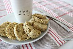 Dit verse pompoenpitten broodje uit de magnetron is klaar in 2 minuten. Het smaakt echt naar brood en er gaat geen amandelmeel of kokosmeel in!