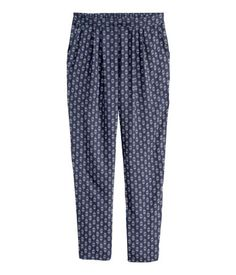 Trousers in woven fabric with pleats at the top, elastication at the back of the waist, and side pockets. Loose fit.