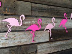 Esta guirnalda Tropical flamenco será una gran adición a su partido de luau del verano! CANTIDAD DE: ● 1 - piña Tropical Strand Flamingo COLORES: ● Rosa y luz rosa ¿Quieres diferentes colores? Mensaje me. TAMAÑO: ● Cada piña mide aproximadamente 61/2 de alto por 4 de ancho.