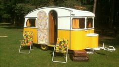 19 Retro Camper That Will Take You Back In Time - camperisme Caravan Vintage, Vintage Rv, Vintage Caravans, Vintage Travel Trailers, Vintage Campers, Tiny Camper, Camper Caravan, Camper Life, Small Campers