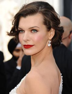 Milla Jovovich at the Oscars 2012 with amazing red lips. SO beautiful. Milla Jovovich, Celebrity Short Hair, Celebrity Hairstyles, Hollywood Curls, Wedding Hair Inspiration, Style Inspiration, Looks Vintage, Beauty Trends, Beauty News