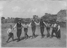 Opérateur K (code armée, photographe) Grèce ; Macédoine centrale ; Kilkis ; Armutci (anciennement) ; Megali Vrysi (actuellement) Combats dans le secteur de Gavalanci (mai - août 1916). Danses macédoniennes.