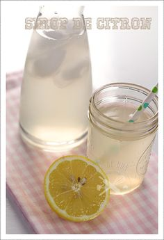 Sirop de citron maison Depuis que j'ai mon nouveau Thermomix, il fonctionne tous les jours! Ici pour une recette toute simple, le sirop de citron que nous consommons à tous les repas. Verdict: un vrai et bon goût de citron à corser à volonté avec plus... Thermomix Desserts, Fruit Water, Juice Drinks, Lassi, Healthy Diet Recipes, Cranberry Juice, Group Meals, Vitamins And Minerals, Milkshake